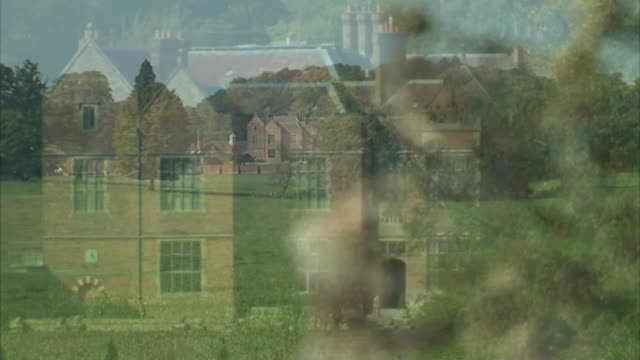 labour backs eu referendum by 2017 lib r22091408 buckinghamshire chequers ext general views of chequers on a sunny summer day/ belgium brussels int... - バッキンガムシャー点の映像素材/bロール