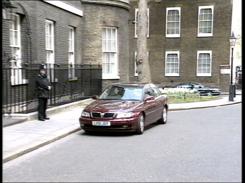 labour government leadership issues; england: london: downing street: ext gordon brown mp out of red car with assistant and into number 10 - gordon brown stock-videos und b-roll-filmmaterial