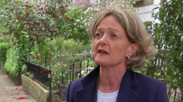 labour have sights set on taking over kensington and chelsea council; councillor elizabeth campbell set up shot with reporter / interview sot tube /... - letterbox bildbanksvideor och videomaterial från bakom kulisserna