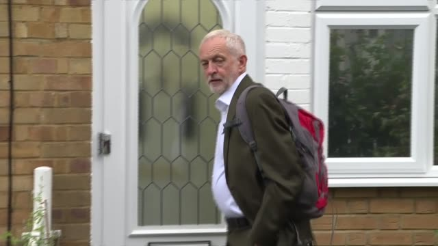 jeremy corbyn doorstep england london islington ext jeremy corbyn mp out of house and into car avoiding reporter questions - イズリントン点の映像素材/bロール