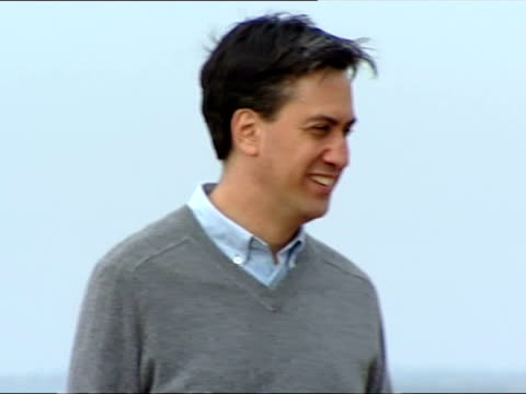 labour leader ed miliband enjoys a family day out in brighton ahead of political party conference on september 21 2013 in brighton england - ed miliband stock-videos und b-roll-filmmaterial