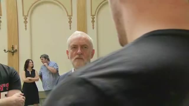 stockvideo's en b-roll-footage met labour leader jeremhy corbyn supports workers keeping 100% of tips england lancashire southport int labour party leader jeremy corbyn mp meeting... - southport engeland