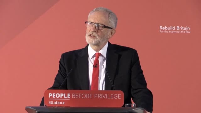 vidéos et rushes de labour leader jeremy corbyn gives a speech setting out the policy priorities of a labour government at franklin's gardens in northampton. labour... - northampton