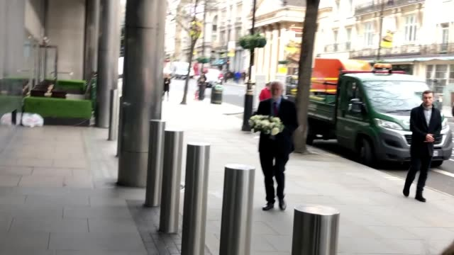 vidéos et rushes de labour leader jeremy corbyn lays a wreath outside the high commission of new zealand in haymarket, london, in the aftermath of the mosque attacks in... - haymarket