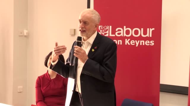 labour leader jeremy corbyn mimics prime minister boris johnson as he gives a speech and canvasses residents in milton keynes as general election... - 英国労働党点の映像素材/bロール
