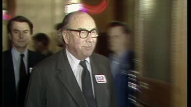 vídeos de stock e filmes b-roll de labour leadership battle: no formal challenge to jeremy corbyn / anti-semitism row; 26.3.1981 / as260381006 london: connaught rooms sdp launch press... - cargo governamental