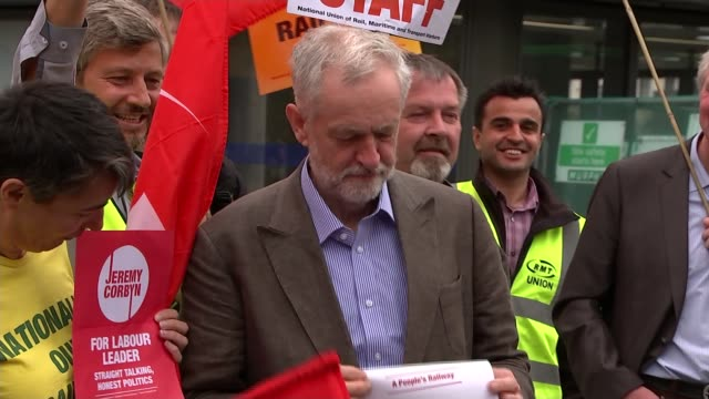 vídeos de stock, filmes e b-roll de labour leadership contest: candidates engage in war of words; jeremy corbyn mp along to pose with supporters and holding up leaflet for 'a people's... - contestant