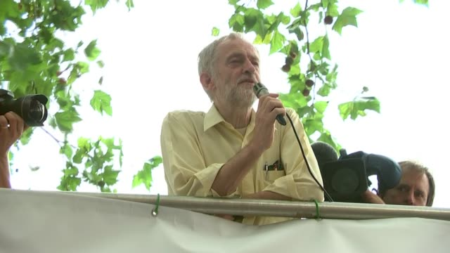vídeos de stock, filmes e b-roll de labour leadership contest: jeremy corbyn divides opinion on economic strategy; england: london: ext jeremy corbyn mp addressing crowd gathered in the... - contestant