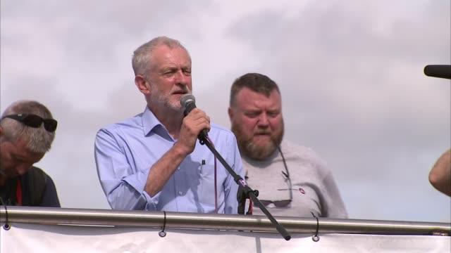 jeremy corbyn speech and gvs at milton keynes rally england buckinghamshire milton keynes ext jeremy corbyn mp speech to outdoor rally from top deck... - バッキンガムシャー点の映像素材/bロール