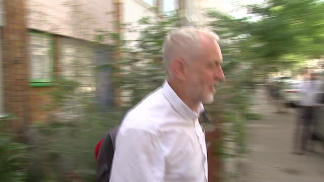 vídeos de stock, filmes e b-roll de jeremy corbyn apologises for hosting meeting in which israel was compared to nazis england london ext jeremy corbyn mp leaving house and along to... - channel 4 news
