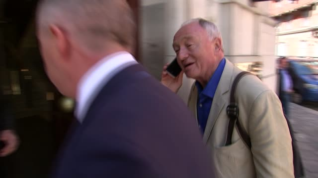 stockvideo's en b-roll-footage met livingstone refuses to apologise t28041618 / tx westminster ext ken livingstone along using mobile phone and arriving at building as being confronted... - ken livingstone