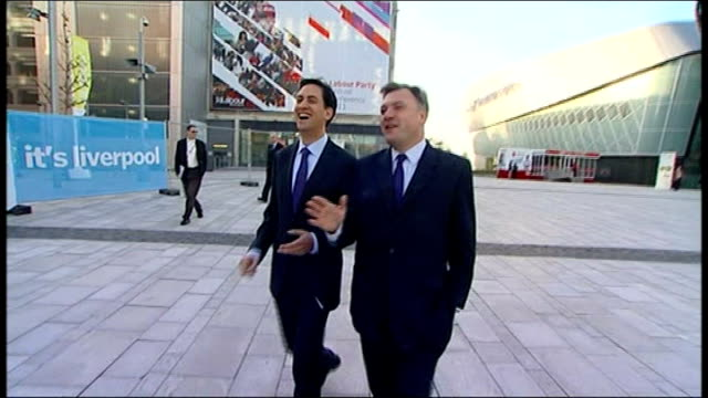 vídeos y material grabado en eventos de stock de ed balls speech england merseyside liverpool ext ed balls mp and ed miliband mp along together as balls says 'we're being pointed in two different... - merseyside