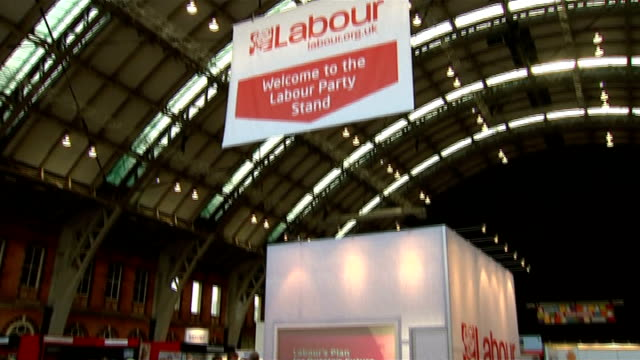 london seats at top of general election hit list manchester hanging sign 'welcome to the labour party stand' tilt down to stand - welcome segnale inglese video stock e b–roll