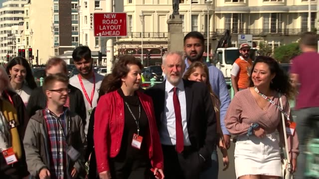 vídeos de stock e filmes b-roll de jeremy corbyn arrival england east sussex brighton ext jeremy corbyn mp arrival and doorstep interview as along through press scrum sot re nec tom... - east sussex