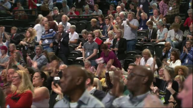 vídeos de stock e filmes b-roll de divisions over brexit england east sussex brighton int delegates standing cheering as labour party leader jeremy corbyn onto stage sot delegates... - east sussex
