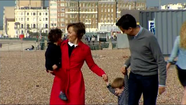 vídeos y material grabado en eventos de stock de ed miliband pledges to tackle the cost of living crisis england east sussex brighton ext ed miliband mp his wife justine thornton and their children... - east sussex