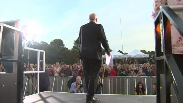 vídeos y material grabado en eventos de stock de jeremy corbyn attacks the conservatives on eve of conference england east sussex brighton ext various shots of crowd of people chanting 'jeremy... - injusticia