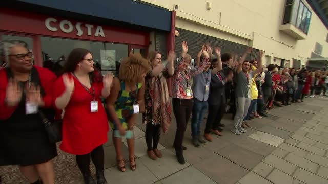 vídeos de stock e filmes b-roll de jeremy corbyn keynote speech england east sussex brighton ext labour party supporters some dressed in red doing mexican wave outside conference... - east sussex