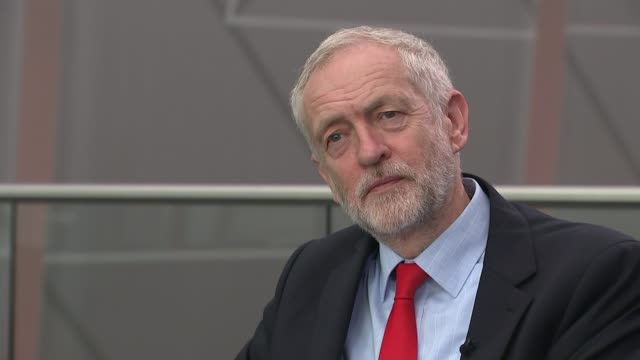 vídeos de stock, filmes e b-roll de jeremy corbyn reelected as labour leader reporter to camera corbyn on stage giving thumbs up sign watson applauding in audience tom watson mp... - stage make up
