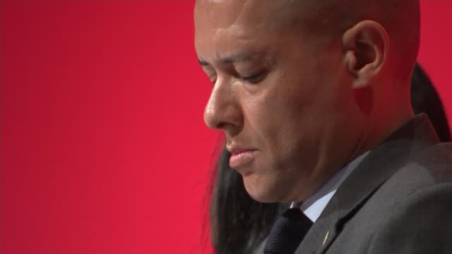 john mcdonnell speech / trident row clive lewis mp sitting on stage lewis using mobile phone wide shot of lewis using mobile phone close shot of... - 三叉槍点の映像素材/bロール