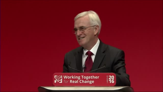 john mcdonnell speech / trident row england liverpool int side view of john mcdonnell mp at podium as delegates applaud sot mcdonnell at podium... - 三叉槍点の映像素材/bロール