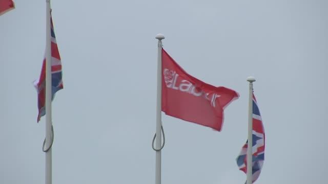 john mcdonnell speech / trident row ext labour and union jack flags - 三叉槍点の映像素材/bロール