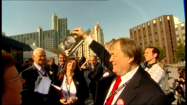 vidéos et rushes de john prescott rallying support england manchester manchester central conference centre ext john prescott speaking to press sot i've run out of... - autobiographie