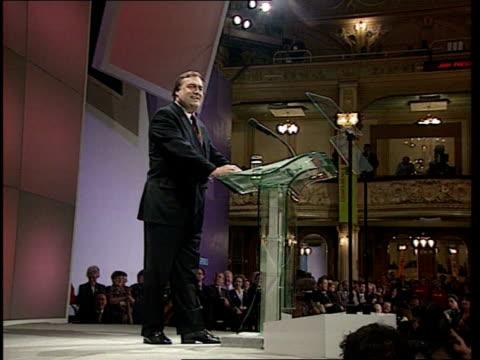 vidéos et rushes de labour party conference prescott's speech england lancashire blackpool int deputy prime minister john prescott mp onto platform at labour party... - invisible