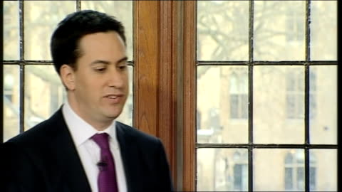 ed miliband holds first monthly press conference; question - asked about why he doesn't think cameron relates to the ordinary experiences of people... - 労働組合会議点の映像素材/bロール