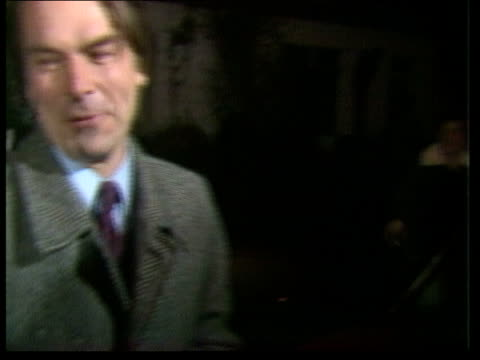 vídeos de stock e filmes b-roll de labour party; england: kentish town: night david owen, roy jenkins and shirley williams to car and in as owen into car and off to bv cas: eng: itn... - kentish town