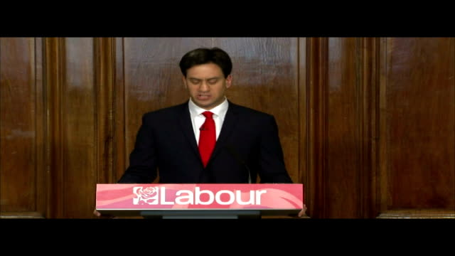 ext ed miliband and his wife justine thornton from car an dinto labour party hq past cheering and applauding labour party workers/ ed miliband press... - elezioni generali video stock e b–roll