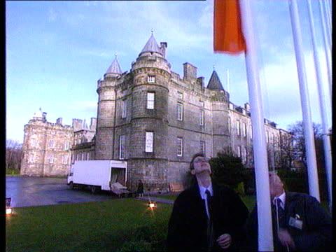 john smith's tactics scotland edinburgh cms john smith mp sitting in rear of car speaking on telephone as along ext holyrood house ms car past... - holyrood bildbanksvideor och videomaterial från bakom kulisserna