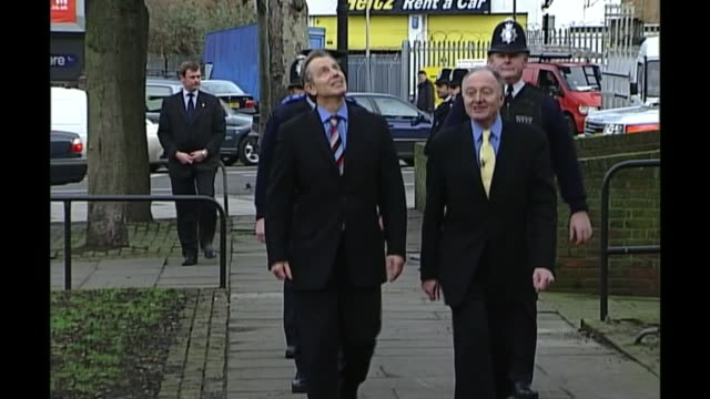 vídeos de stock e filmes b-roll de ken livingstone suspended for a year for comments about hitler and zionism r17010618 / 1712006 peckham tony blair mp and ken livingstone arriving at... - peckham