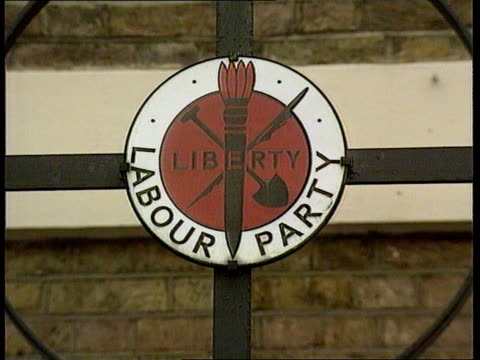 stockvideo's en b-roll-footage met labour party leadership campaign ext walworth rd cms sign outside lab pty hq liberty labour party itn lib lams front door of lab pty hq mat lacms... - labor partij