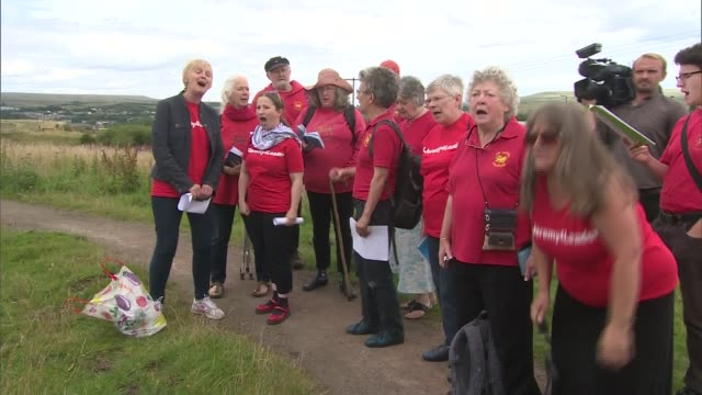 jeremy corbyn speech at aneurin bevan stones / interview supporters dressed in red 'jeremy for leader' tshirts singing 'the red flag' sot aneurin... - singing contest stock videos and b-roll footage