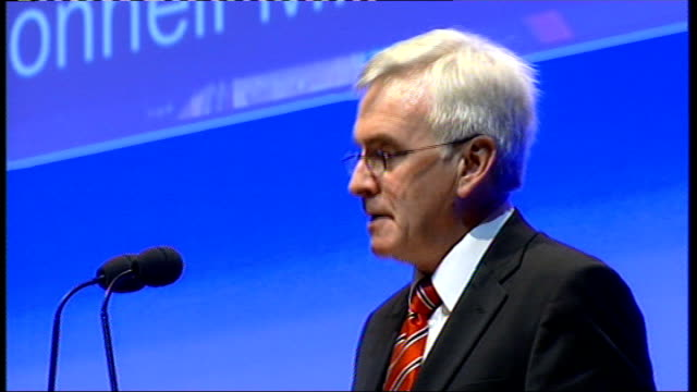 vídeos de stock, filmes e b-roll de john mcdonnell announces he will stand john mcdonnell speech continued sot no more iraq and withdrawl from afghanistan/ scrap trident and all nuclear... - compasso