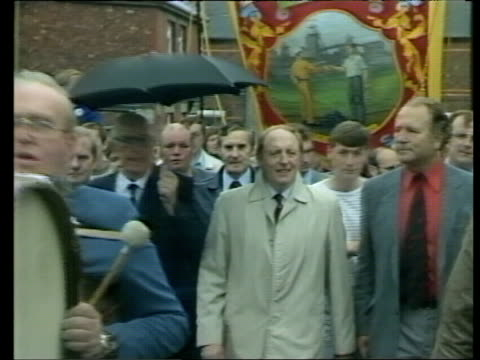 stockvideo's en b-roll-footage met mid term report labour party mid term report itn lib durham neil kinnock and arthur scargill on balcony ms kinnock leading marchers towards and waves... - durham engeland