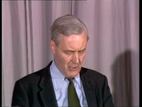 vídeos de stock, filmes e b-roll de tony benn on centre party england gloucester leisure centre sof quotthe centre party is just a ms benn speaking pull back and zoom tory policiesquot... - tony benn