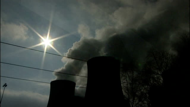 labour promise to freeze energy prices t07031131 / tx drax power station ext silhouette of cooling towers and smoke rising as sun shining low angle... - ローラ・クエンスバーグ点の映像素材/bロール
