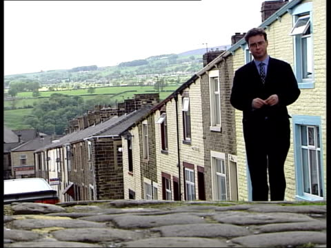 vidéos et rushes de lacashire nelson ext tgv rooftops of town tlms chimney of factory with town rooftops in b/g i/c bv lms group of muslim boys in alleyway muslim girls... - lancashire