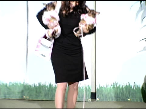 vidéos et rushes de lacey chabert having difficulty getting one of her dogs to walk with her at the gw little pet fashion show at the century plaza hotel in century... - century plaza