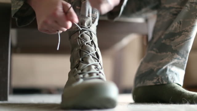 stockvideo's en b-roll-footage met lacing boots - army