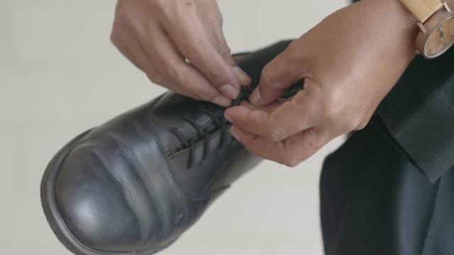 vídeos de stock, filmes e b-roll de sapatas do lacing - cadarço