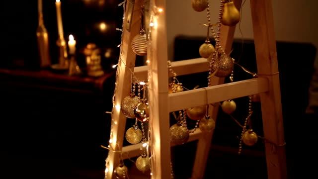 vídeos de stock, filmes e b-roll de escada como uma árvore de natal - decoração