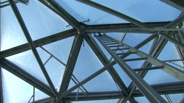 vídeos y material grabado en eventos de stock de a ladder stretches to a roof consisting of crisscrossed beams on the eden project building. - cornwall inglaterra