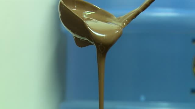 vídeos y material grabado en eventos de stock de ladel pouring out chocolate sauce - cucharón