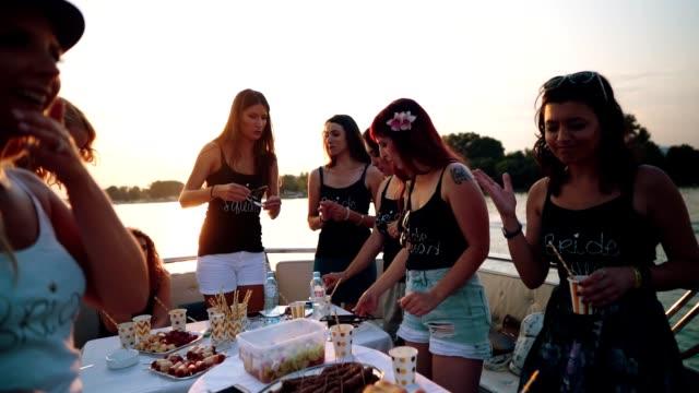 vídeos de stock, filmes e b-roll de senhoras, celebrando a festa de despedida de solteira - despedida de solteira