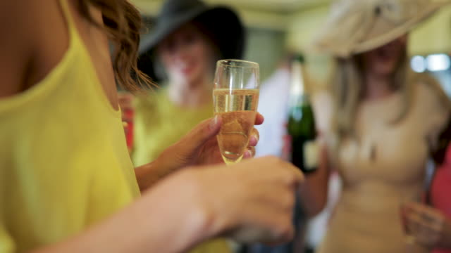 ladies day champagner - festlich gekleidet stock-videos und b-roll-filmmaterial