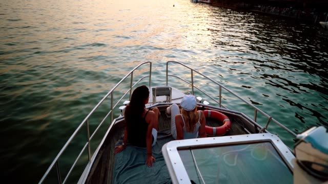 vídeos de stock e filmes b-roll de ladies enjoying beautiful day on the boat - yacht