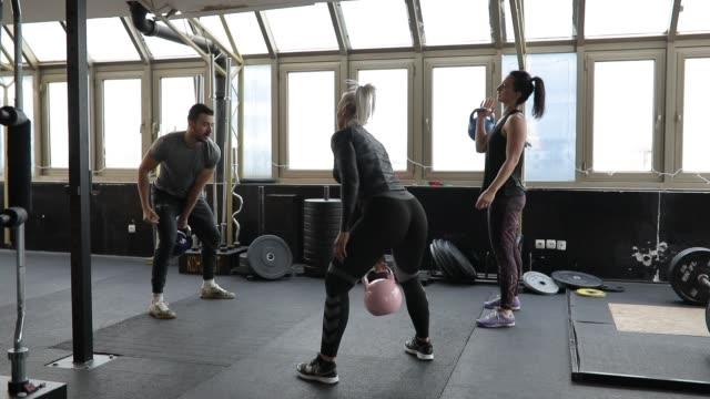 donne che si allena insieme al personal trainer in palestra - cura della persona video stock e b–roll